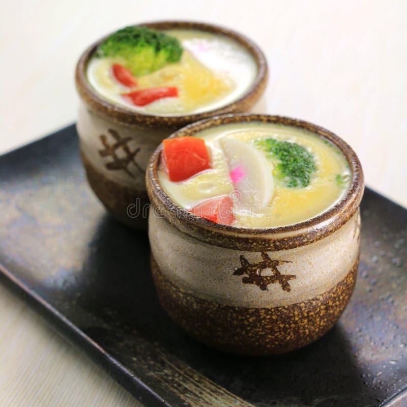 Soppa för japansk chawanmushi eller för ny grönsak i liten bunke arkivfoton