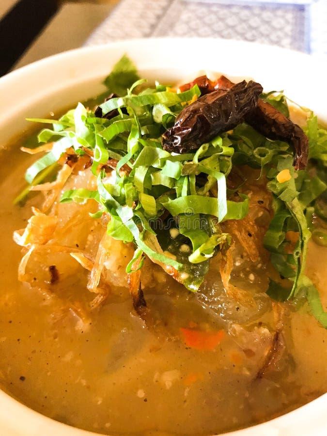 Soppa för nötkött för sena för Thailand gatamat kryddig royaltyfria bilder