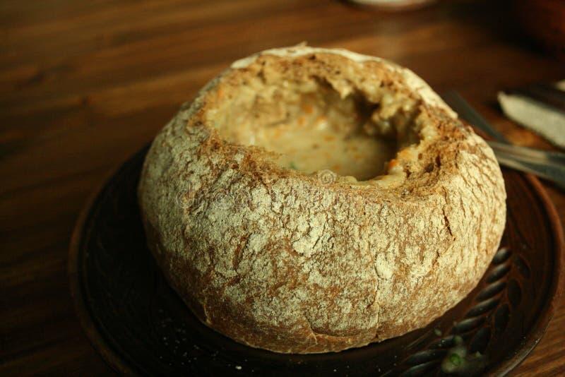 Soppa i en brödbunke royaltyfri foto