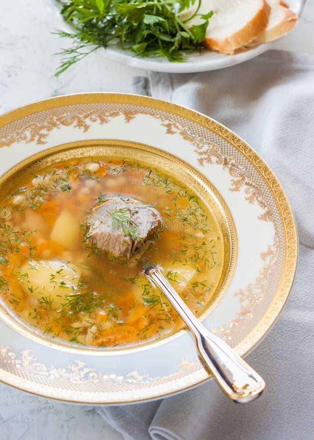 Soppa med bönor, potatisar och kött fotografering för bildbyråer