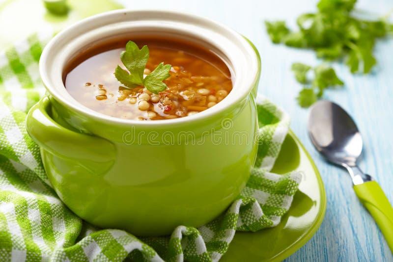 Soppa med den röda linsen, pasta och grönsaker arkivfoto