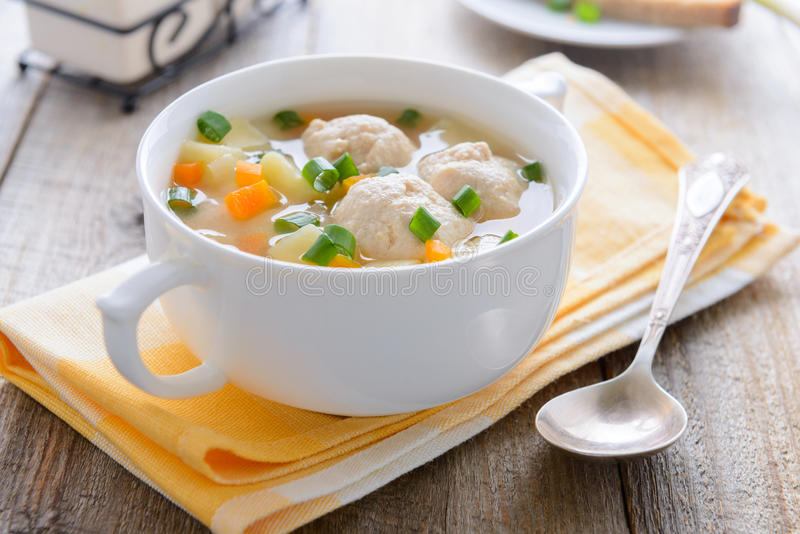 Soppa med köttbullar, potatisar och morötter arkivbilder