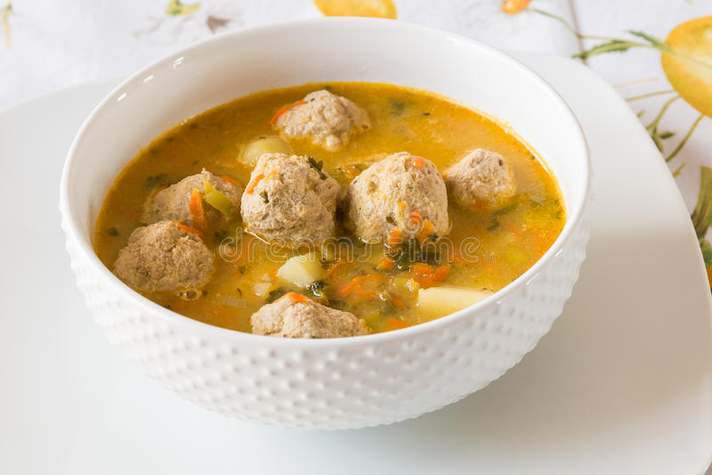 Soppa med kalkonköttbullar, potatisar och grönsaker arkivbilder