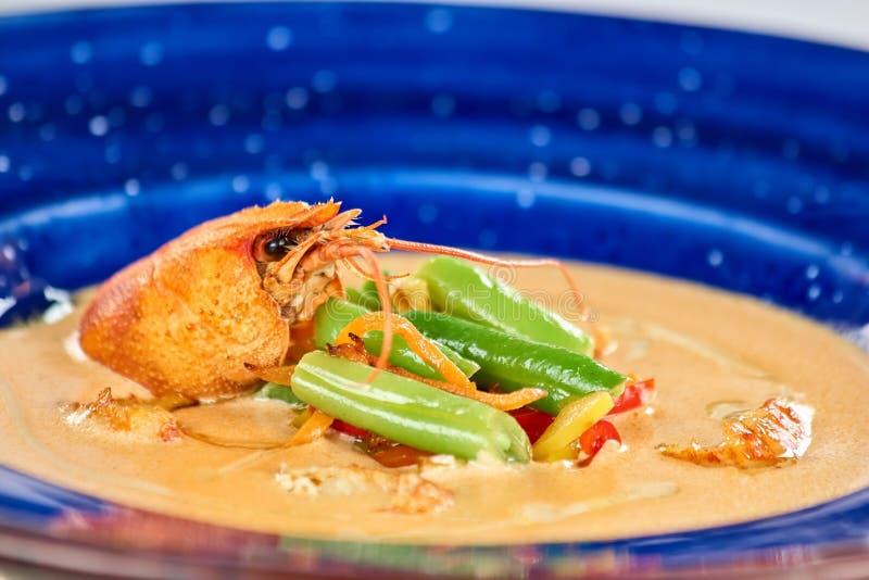 Soppa med kräftan och grönsaker i plattan, slut upp royaltyfria foton