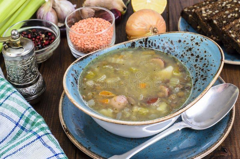 Soppa med linser, korvar och grönsaker royaltyfria foton