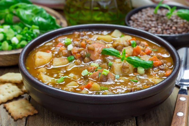 Soppa med linser och korvar royaltyfri bild