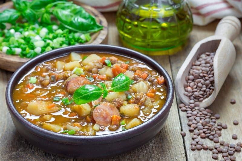 Soppa med linser och korvar arkivfoton