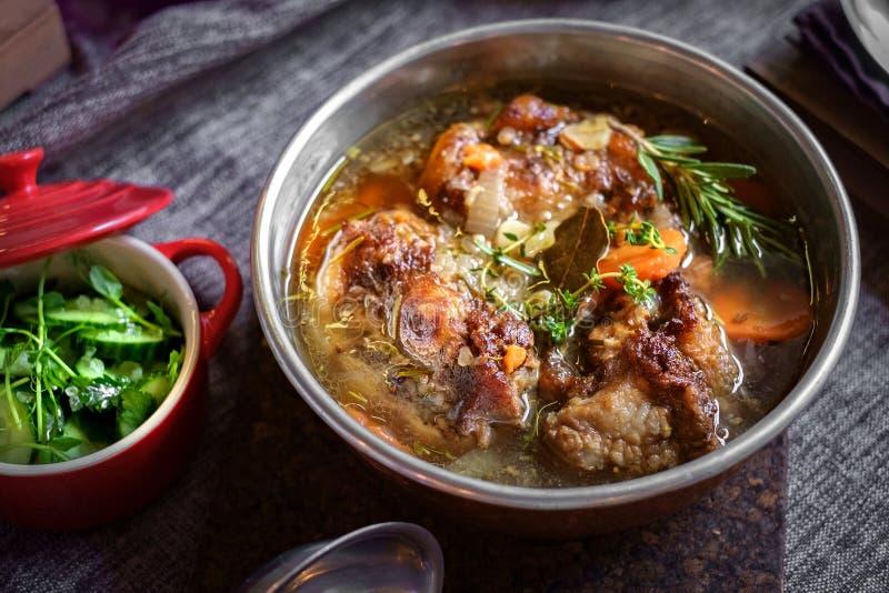Soppa med nötkött i en bunke på tabellen arkivfoto