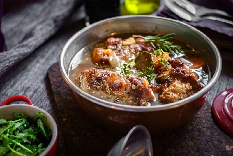 Soppa med nötkött i en bunke på tabellen arkivfoton