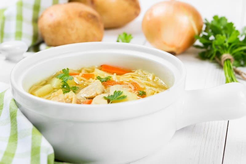 Soppa med nudlar och höna royaltyfri foto