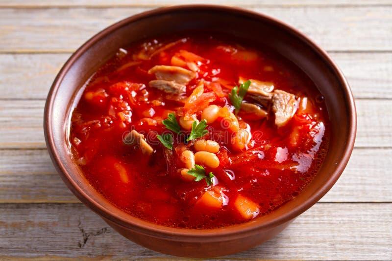 Soppaborscht gjorde med grönsaker, kött, bönor, och beta rotar i bunke på trätabellen royaltyfria foton