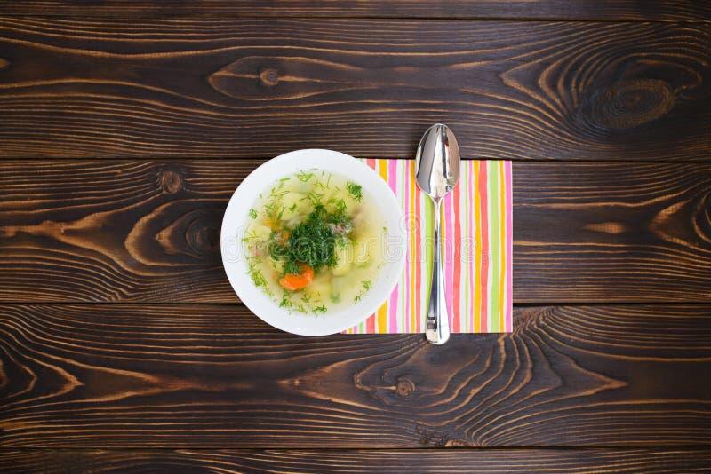 Soppaplatta och färgrik servett royaltyfri fotografi