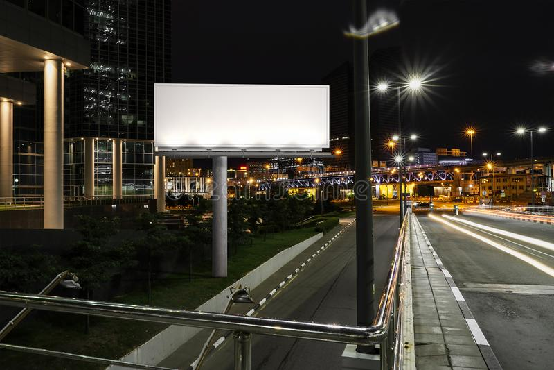 Soppressione il tabellone per le affissioni illuminato vicino alla strada ed al tunnel alla notte rappresentazione 3d fotografia stock libera da diritti