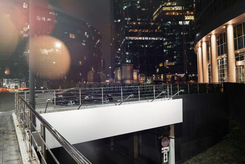 Soppressione il tabellone per le affissioni illuminato vicino a parcheggio ben illuminato alla notte rappresentazione 3d fotografia stock libera da diritti
