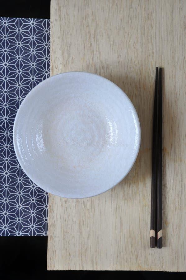 Sopra del piatto ed il bastoncino vuoti nello stile giapponese immagini stock
