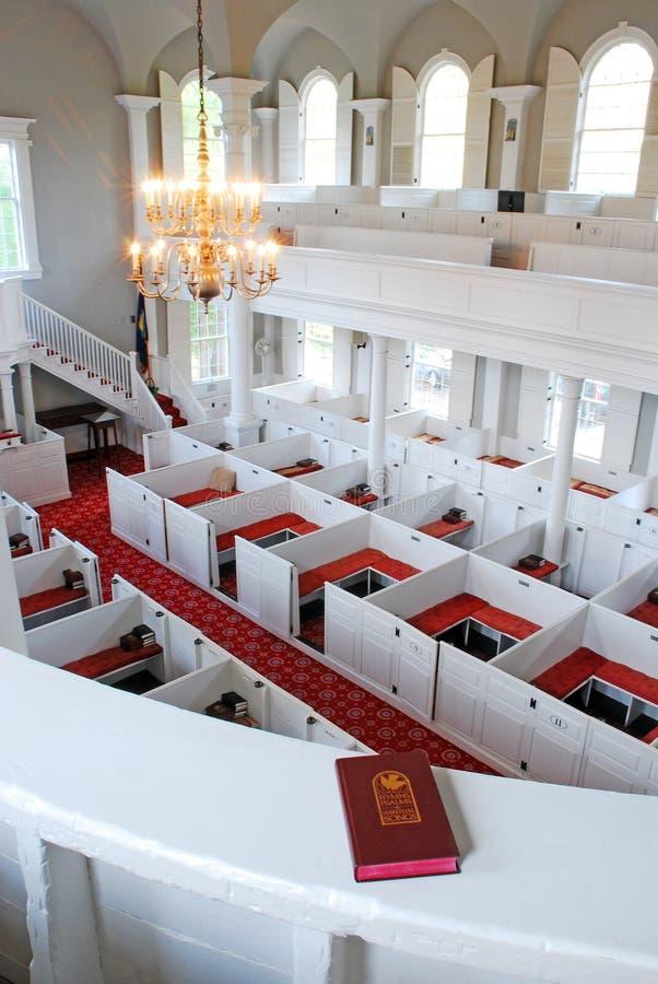 Sopra i banchi di chiesa, dal sottotetto di coro immagini stock