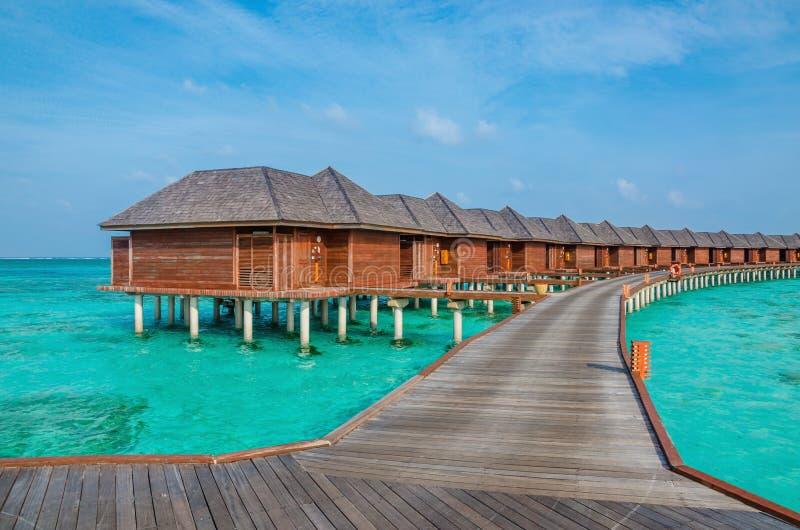 Sopra i bungalow dell'acqua su un'isola tropicale, le Maldive immagine stock