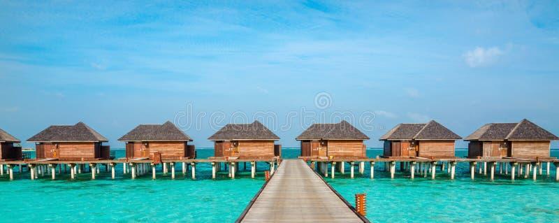 Sopra i bungalow dell'acqua su un'isola tropicale, le Maldive fotografie stock