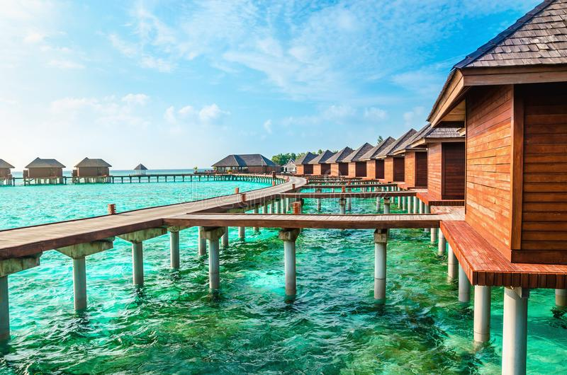 Sopra i bungalow dell'acqua su un'isola tropicale, le Maldive immagine stock libera da diritti