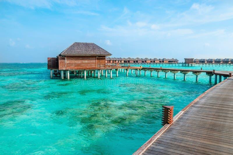 Sopra i bungalow dell'acqua su un'isola tropicale, le Maldive fotografia stock