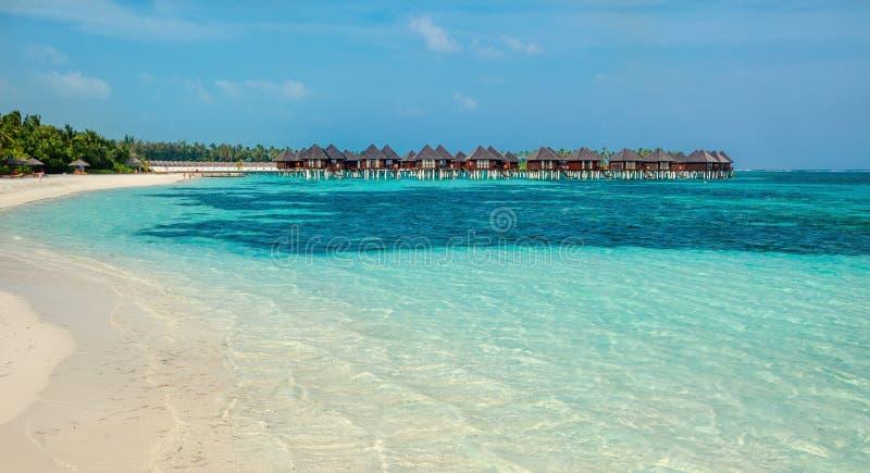 Sopra i bungalow dell'acqua su un'isola tropicale, le Maldive fotografie stock libere da diritti