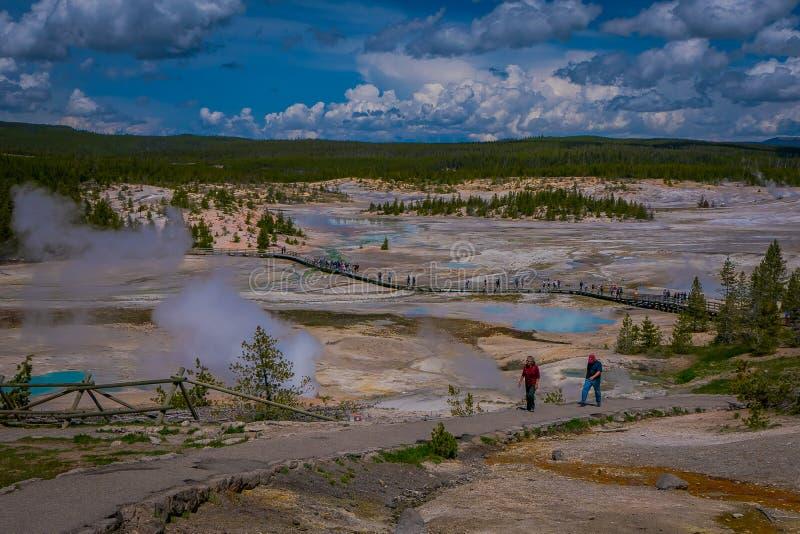 Sopra il punto di vista della gente che cammina nel sentiero costiero fra gli stagni ed i geyser, bacino della porcellana di Norr fotografie stock