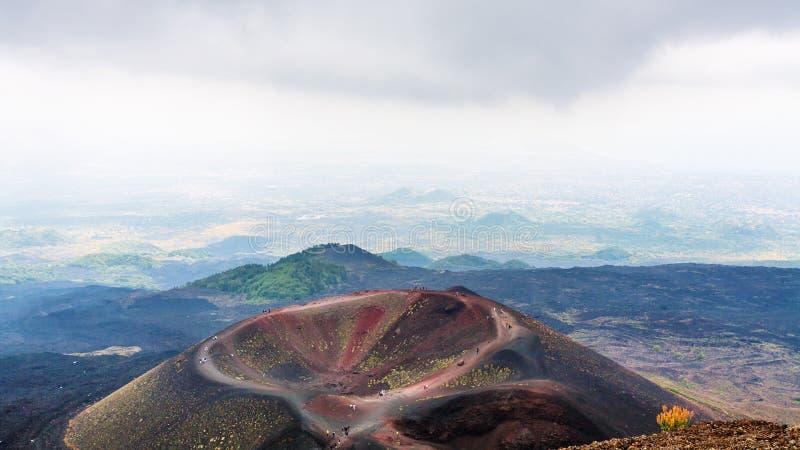 Sopra il punto di vista di Monti Silvestri dell'Etna immagine stock