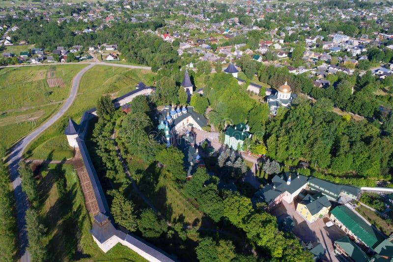 Sopra il rilevamento aereo santo del monastero delle Pskov-caverne di Dormition Pechory, Russia fotografia stock libera da diritti