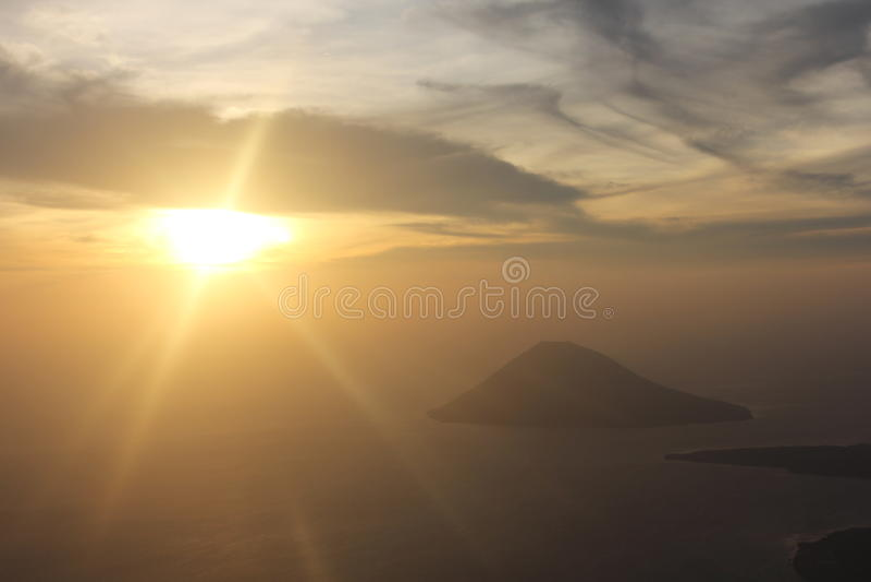 Sopra l'aeroplano ed il tramonto immagine stock