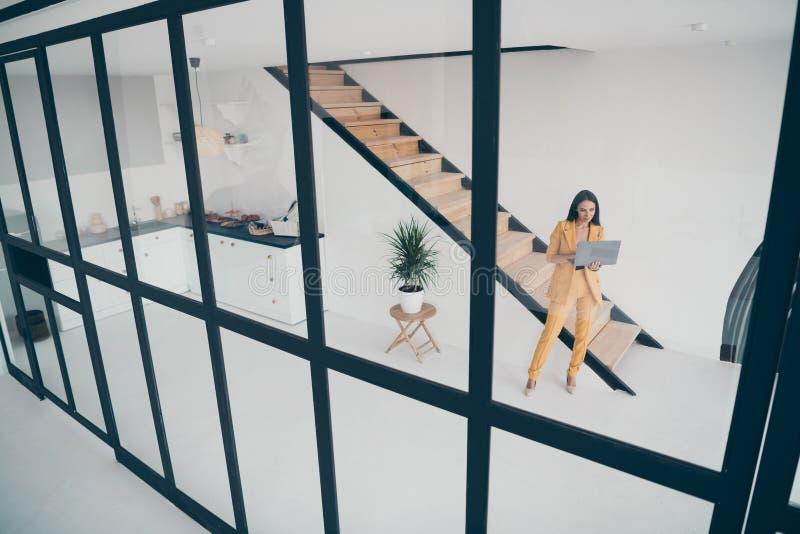 Sopra l'angolo alto, la vista del corpo di una bella donna alla moda, grazie al laptop, crea un nuovo avvio immagini stock libere da diritti