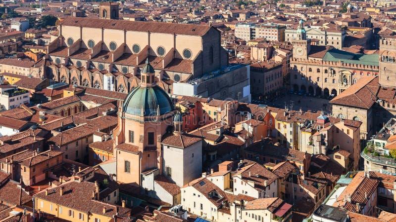 Sopra la vista del centro storico della città di Bologna immagine stock libera da diritti