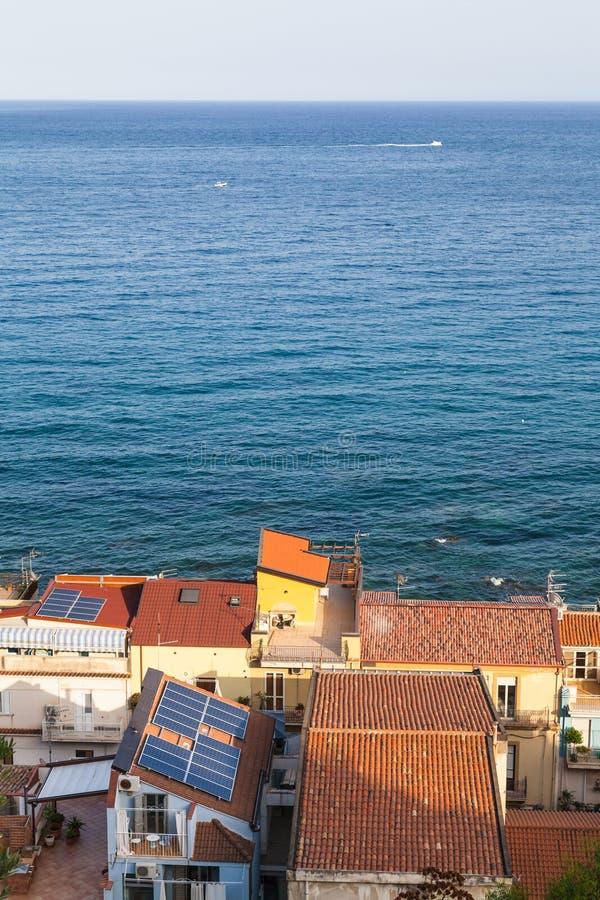 Sopra la vista delle case residenziali in Giardini Naxos fotografia stock