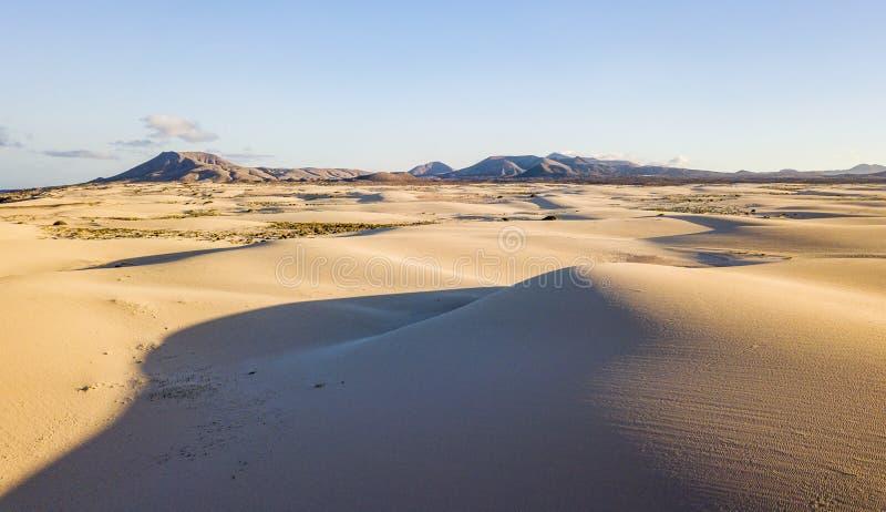 Sopra la vista delle dune del deserto - concetto della destinazione selvaggia di viaggio di avventura e bellezza del pianeta in n immagini stock