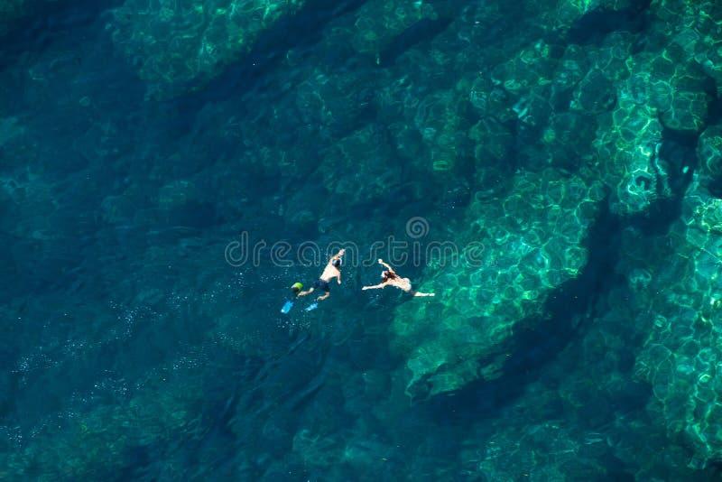 Sopra la vista di una coppia che si immerge nel mare fotografia stock