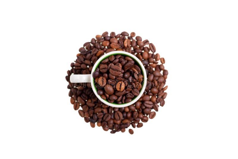 Sopra la vista di una tazza di caffè ha riempito di fagioli del coffe fotografia stock
