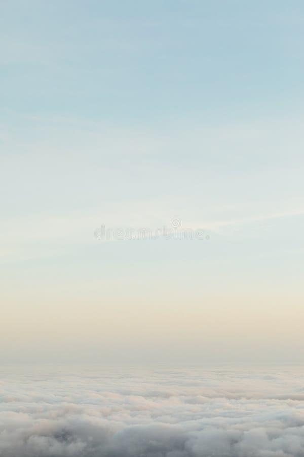 Sopra le nuvole, fondo della natura di minimalismo fotografie stock
