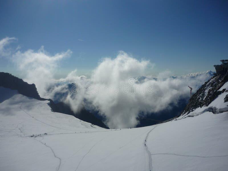 Sopra le nuvole su Mont Blanc immagini stock libere da diritti