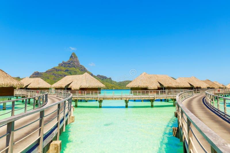 Sopra le ville dell'acqua su una laguna tropicale di Bora Bora Island, Tahi fotografie stock