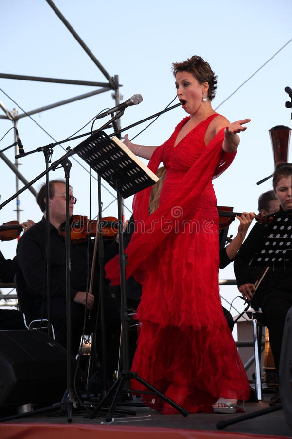 Sopran för operasångaredaniela schillaci (La Scala, Italien), på den öppna etappen royaltyfri fotografi