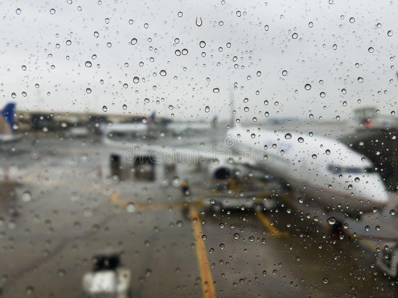 Sopravviva i ritardi di voli - il giorno piovoso all'aeroporto di Newark fotografia stock libera da diritti