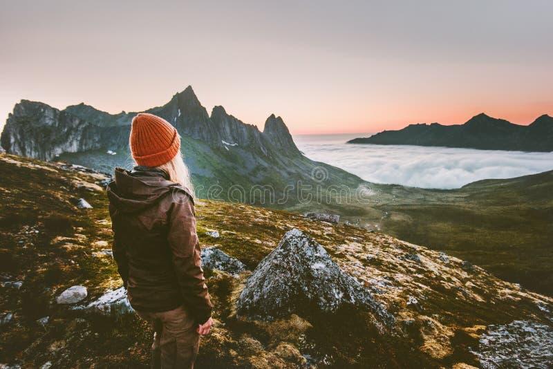 Sopravvivenza d'escursione turistica della donna in montagne da solo immagine stock libera da diritti