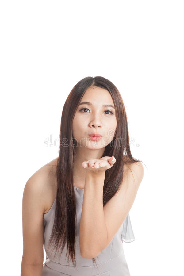 Sopro asiático novo bonito da mulher um beijo foto de stock