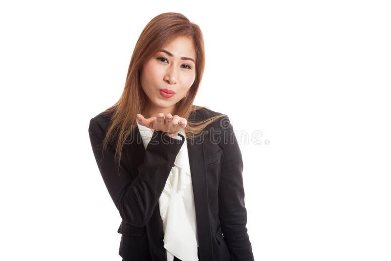 Sopro asiático novo bonito da mulher um beijo imagem de stock