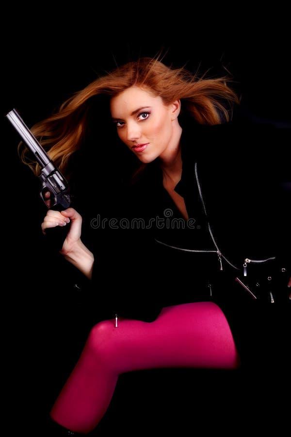 Sopro cor-de-rosa do cabelo do injetor da mulher foto de stock