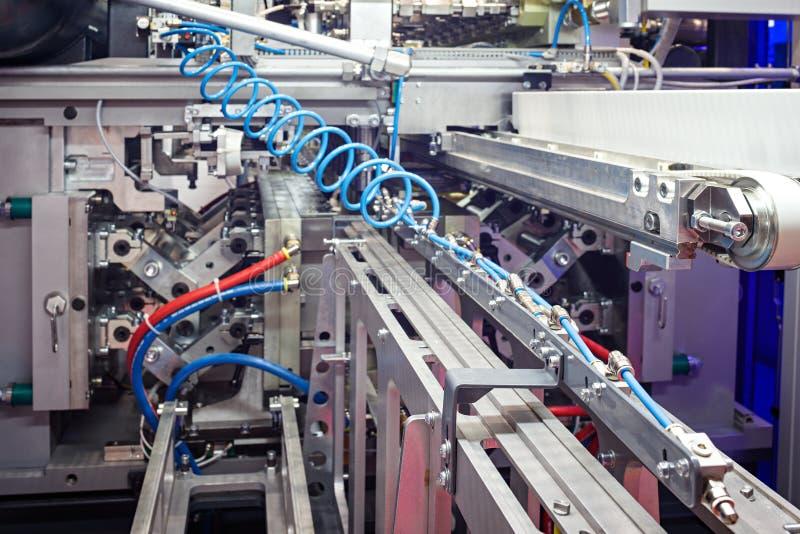 Sopro das garrafas do ANIMAL DE ESTIMAÇÃO A máquina de sopro da garrafa plástica Processo de aquecimento para o processo plástico fotos de stock