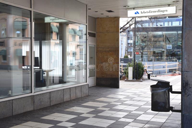 Soptunna utanför ingången till den svenska offentliga arbetsförmedlingens lokala kontor fotografering för bildbyråer