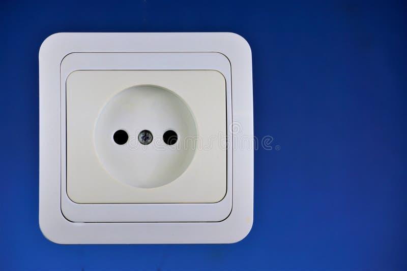 Soquete da corrente elétrica para conectar dispositivos elétricos, montado na parede O soquete tem os contatos do soquete - conec fotos de stock royalty free