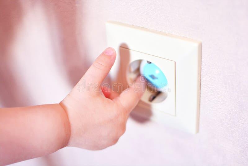 Soquete da tomada da segurança da casa para a proteção do bebê imagem de stock royalty free
