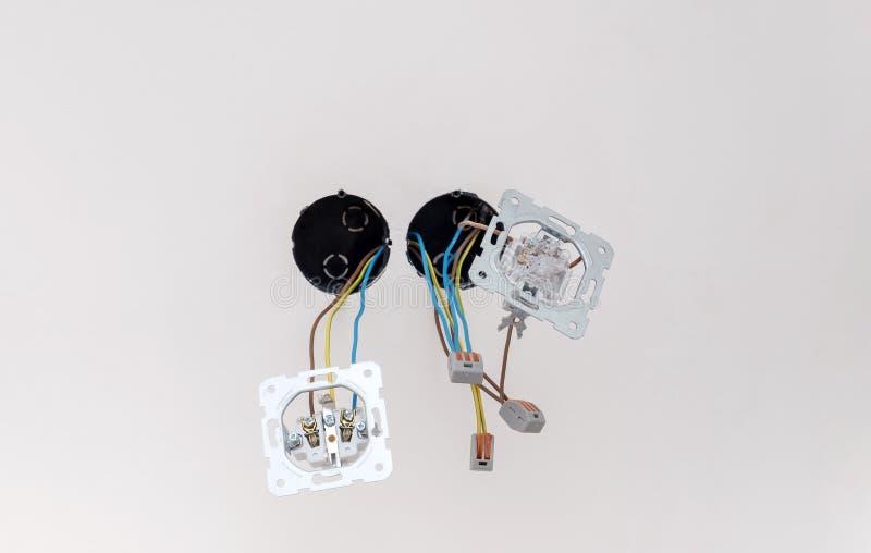 Soquete e interruptor elétricos no close-up branco da parede imagem de stock