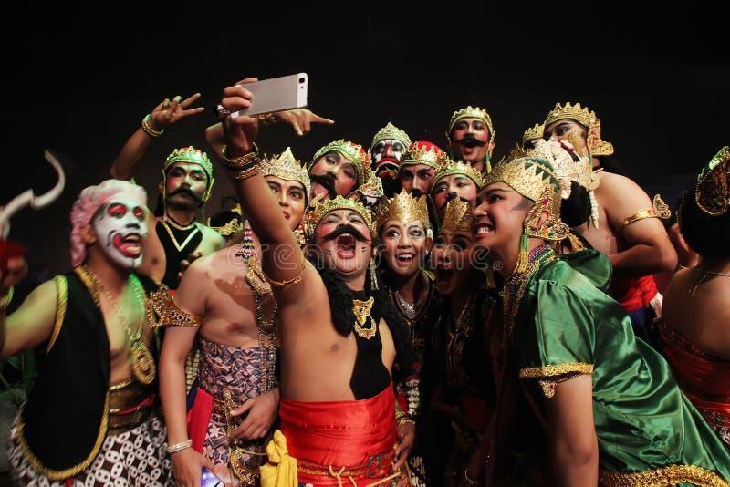 Sorabaya Indonésie 27 novembre 2017 Un groupe de danseurs traditionnels ont des selfies utilisant des caméras de téléphone portab photographie stock libre de droits